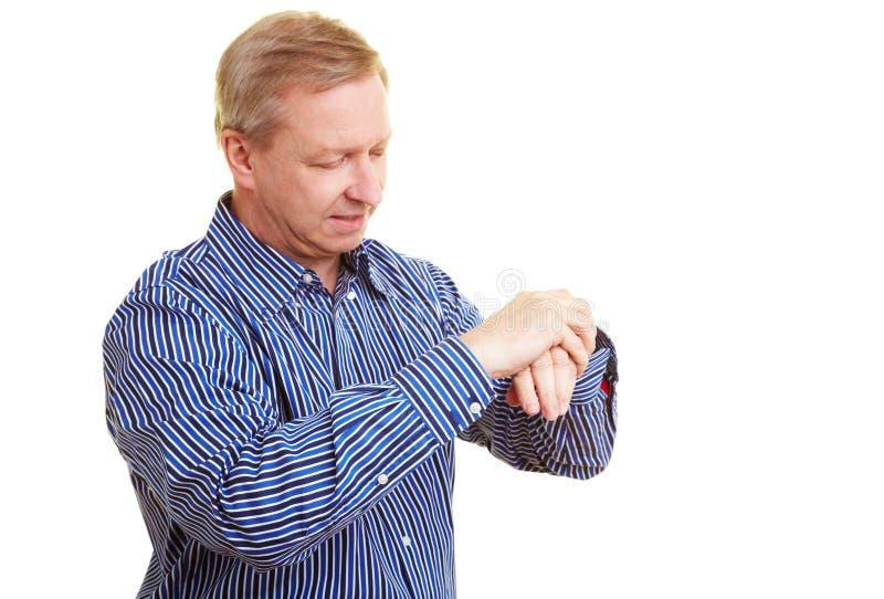 Homme appliquant la lotion à ses mains photo libre de droits