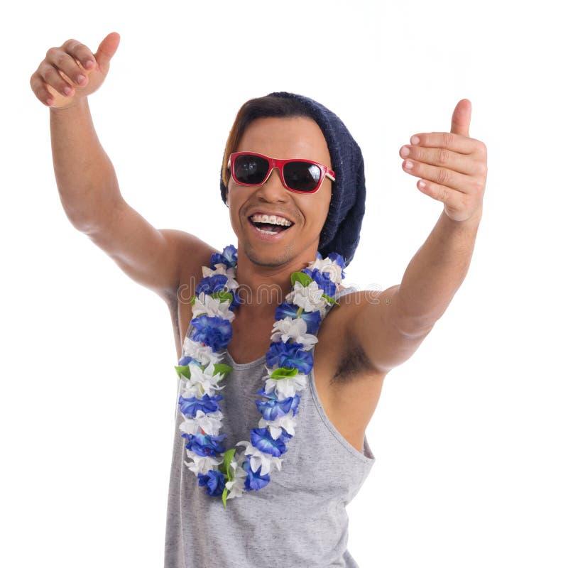 Homme appréciant follement la partie Le jeune homme de couleur utilise des lunettes de soleil, photographie stock libre de droits