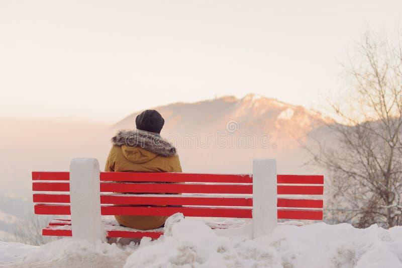 Homme appréciant la montagne de coucher du soleil photo stock