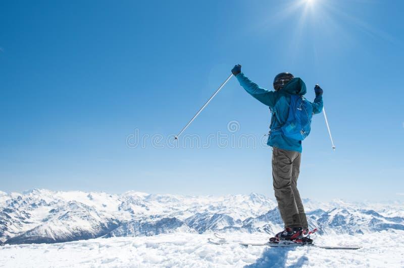 Homme appréciant le ski photographie stock