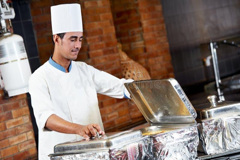 Chef arabe avec la nourriture à l'hôtel de restaurant photographie stock libre de droits