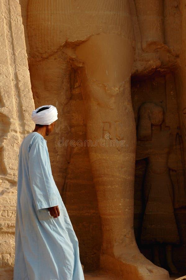 Homme arabe chez Abu Simbel, Egypte photographie stock libre de droits