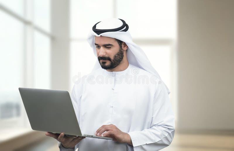 Homme Arabe d'affaires à l'aide du carnet dans un bureau moderne image libre de droits