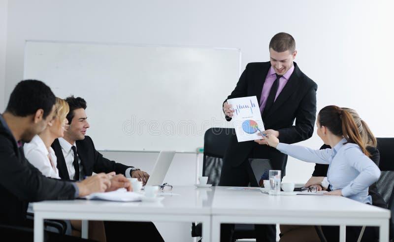 Homme arabe d'affaires lors du contact image stock