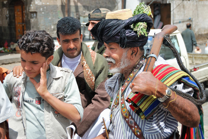 Homme armé avec le fusil au Yémen photographie stock