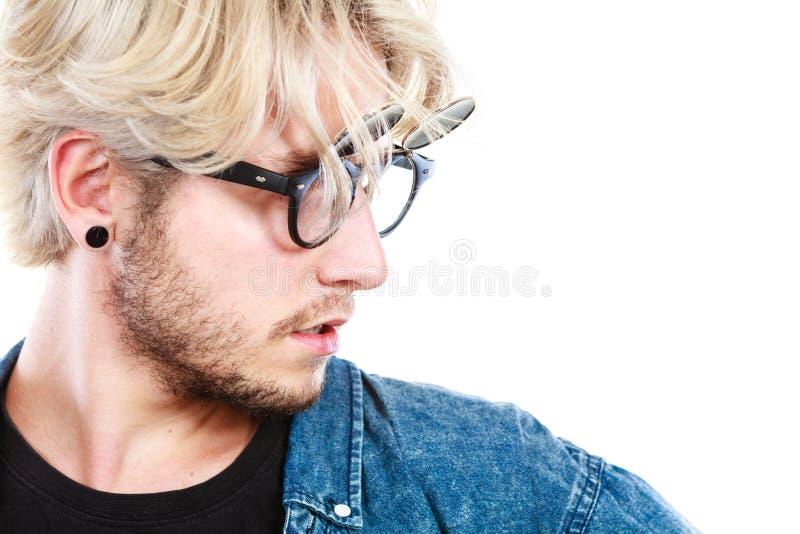 Homme artistique de hippie avec les verres excentriques image stock