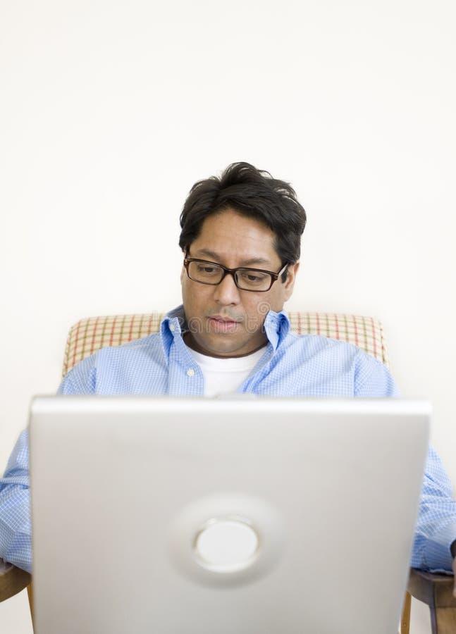 Homme asiatique avec l'ordinateur portatif photo libre de droits