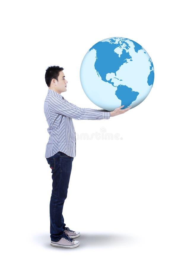 Homme asiatique avec un globe photo stock