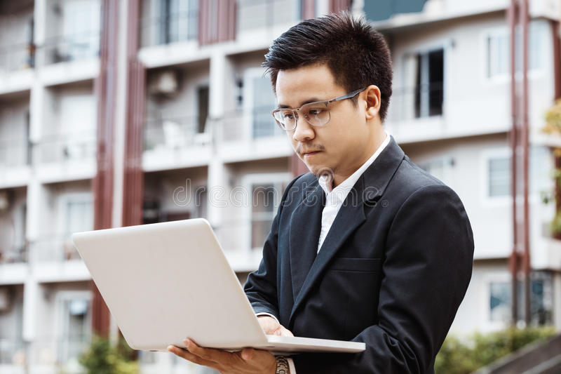Homme asiatique bel d'affaires travaillant à l'investissement de propriété avec photo stock