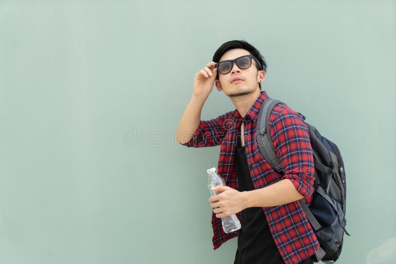 Homme asiatique bel de mode de portrait sur le fond gris hippie photographie stock libre de droits