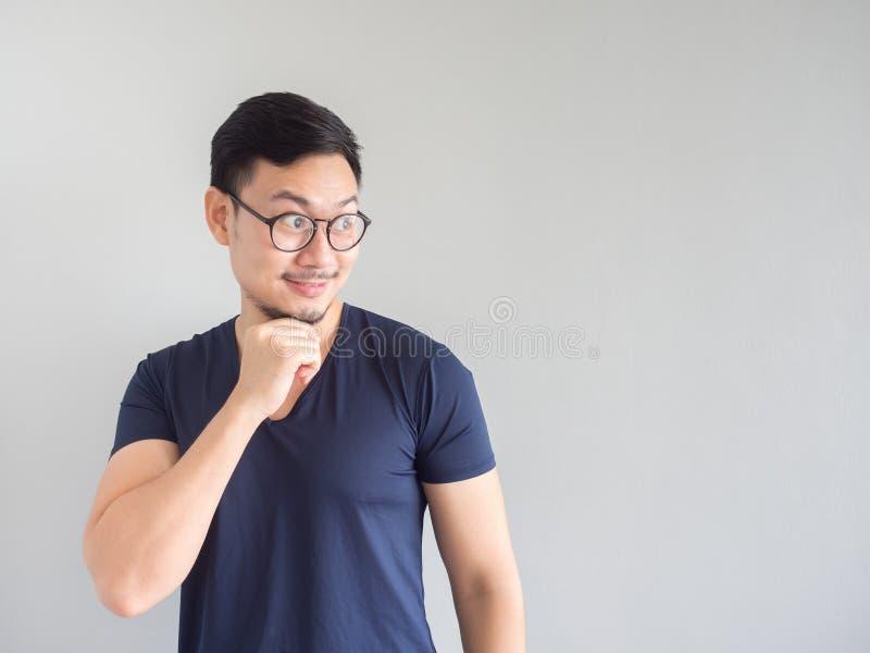 Homme asiatique choqué et étonné avec des lunettes regardant vides image stock