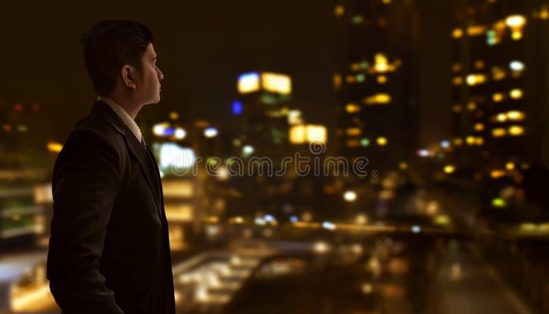 Homme asiatique d'affaires regardant le bâtiment de ville photos libres de droits