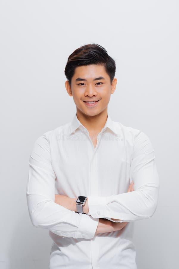 Homme asiatique dans la chemise, regardant sur la cam?ra, avec les mains pli?es photographie stock libre de droits