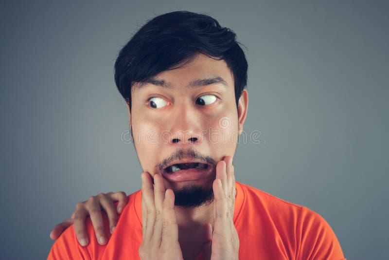 Homme asiatique dans le T-shirt orange images libres de droits