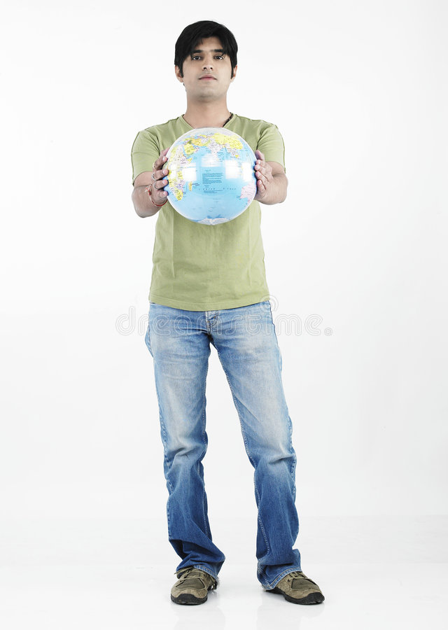 homme asiatique de fixation de globe photographie stock