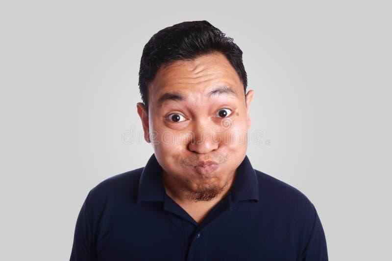 Homme asiatique drôle raillant photographie stock