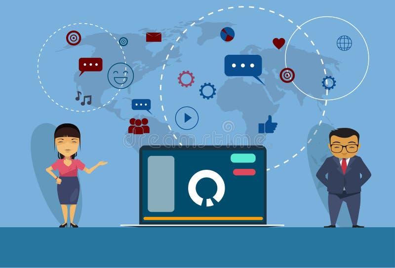 Homme asiatique et femme d'affaires se tenant au media d'ordinateur portable ouvert et au fond sociaux de carte du monde de commu illustration stock