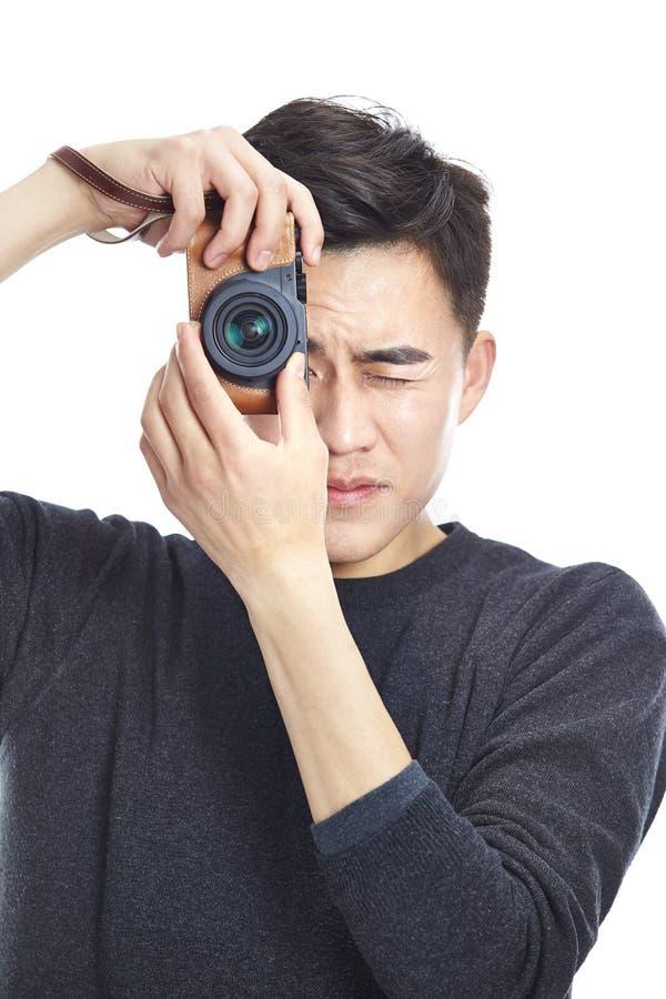 Homme asiatique prenant une photo images stock