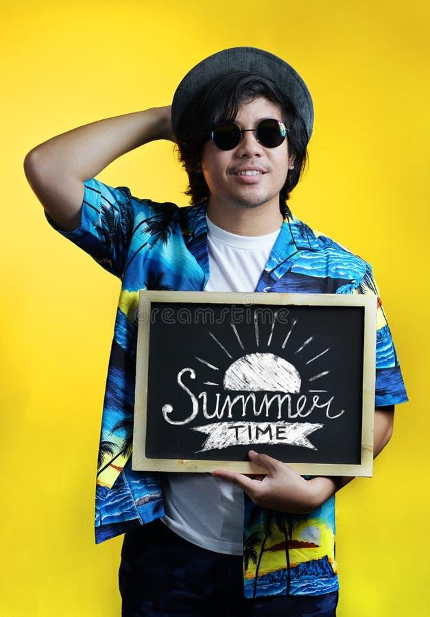 Homme asiatique tenant la typographie d'heure d'été sur le tableau noir portant F photos libres de droits