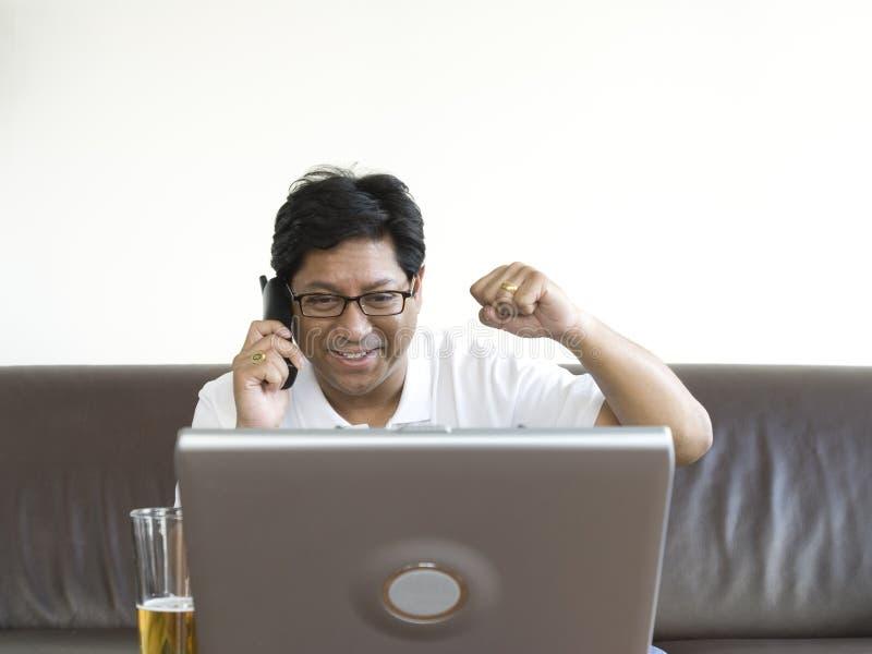 Homme asiatique travaillant sur l'ordinateur portable photos libres de droits