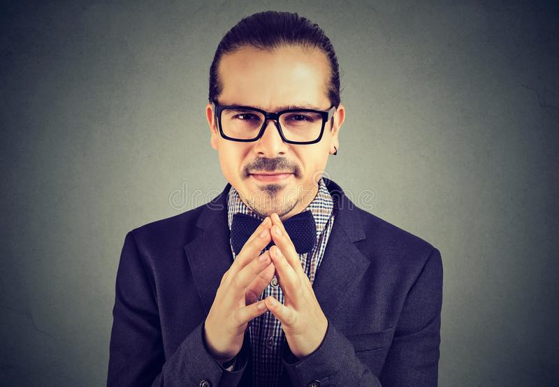 Homme astucieux d'affaires en verres regardant l'appareil-photo photographie stock libre de droits
