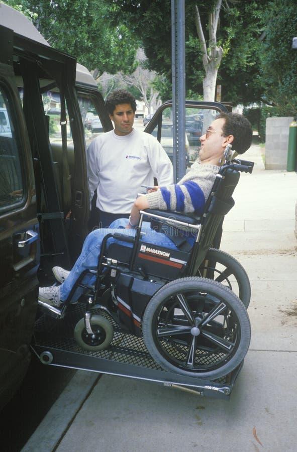 Homme attaché de fauteuil roulant jeune photo stock