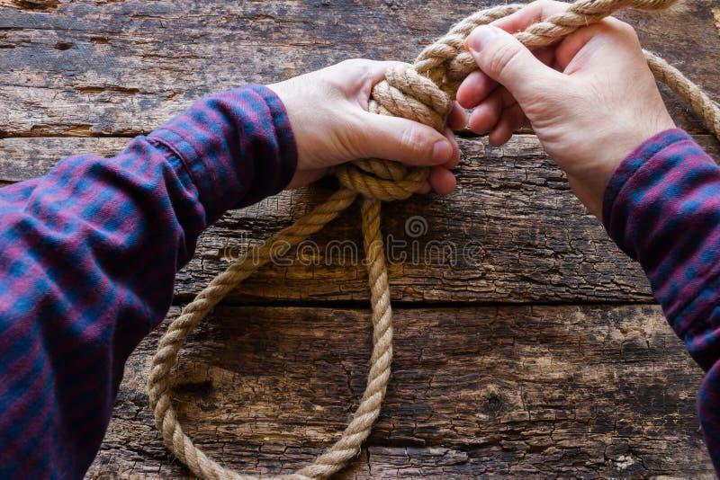 Homme attachant un noeud coulant photos libres de droits