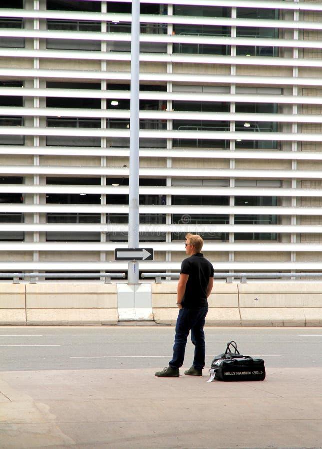 Homme attendant à l'aéroport de Toronto images libres de droits
