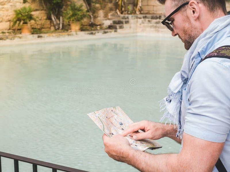 Homme attirant avec la carte photographie stock libre de droits