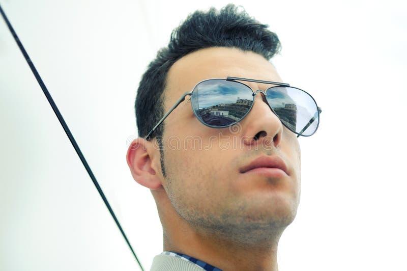 Homme attirant avec les lunettes de soleil teintées photo stock