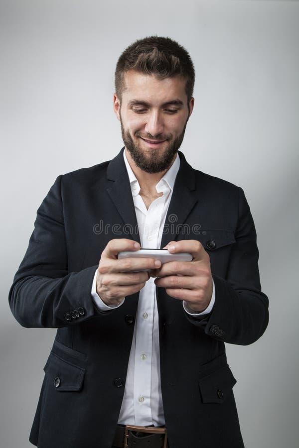 Homme attirant d'affaires avec un téléphone intelligent photos stock