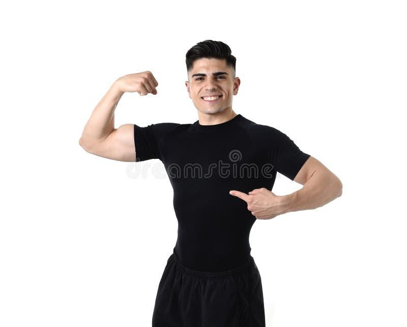 Homme attirant de sport se dirigeant sur son T-shirt noir avec l'espace de copie pour ajouter le logo de club de santé de forme p image stock