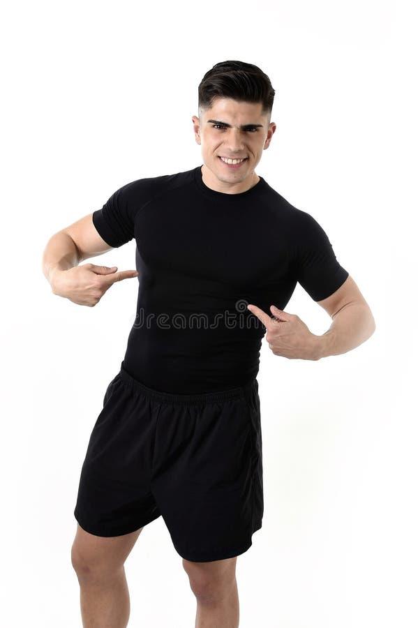 Homme attirant de sport se dirigeant sur son T-shirt noir avec l'espace de copie pour ajouter le logo de club de santé de forme p photos stock