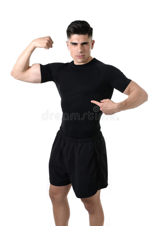 Homme attirant de sport se dirigeant sur son T-shirt noir avec l'espace de copie pour ajouter le logo de club de santé de forme p photo libre de droits