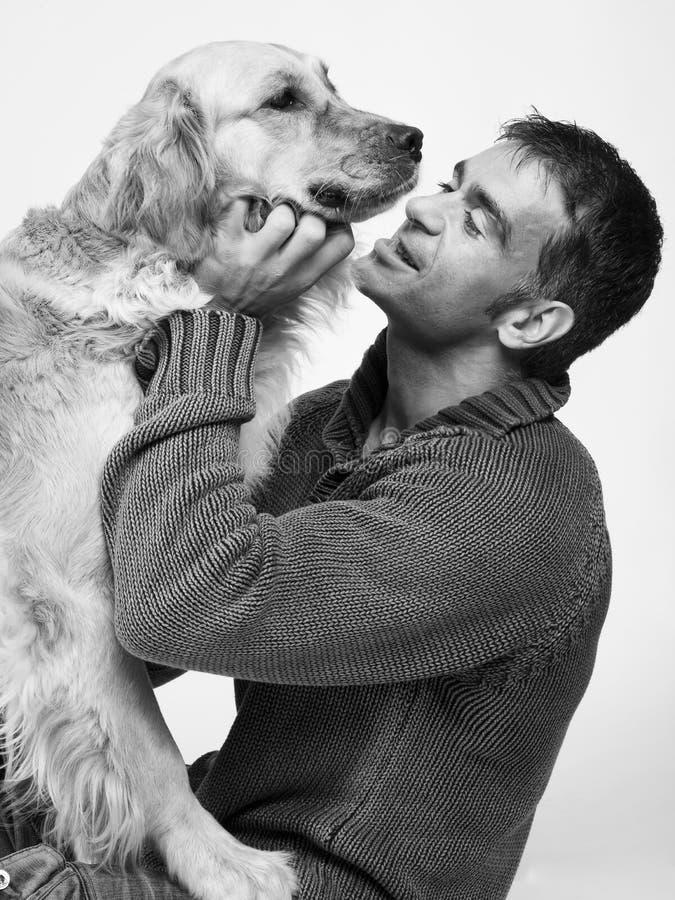 Homme attirant et son animal familier images libres de droits