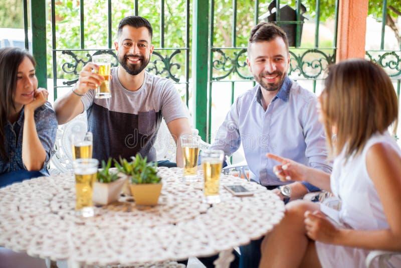 Homme attirant faisant un pain grillé avec des amis photo libre de droits