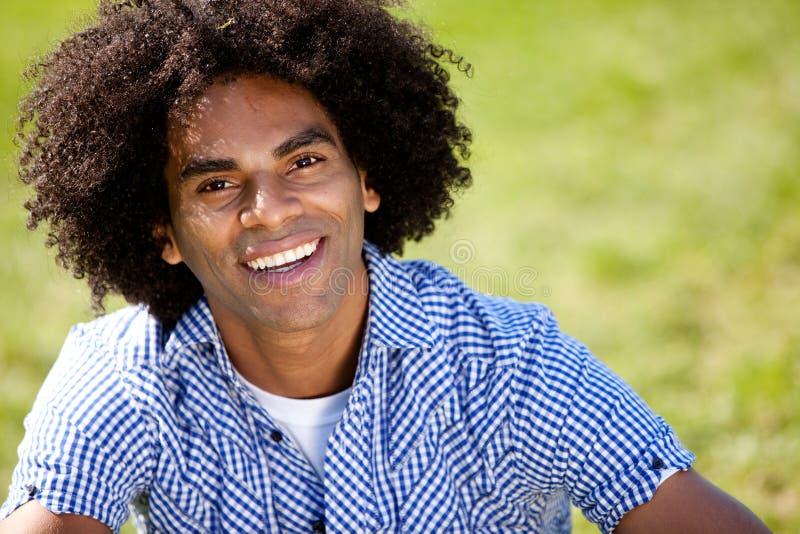 Homme attirant souriant à l'appareil-photo photo stock