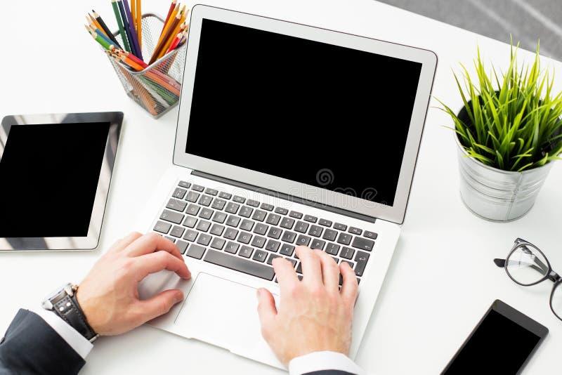 Homme au bureau travaillant sur l'ordinateur portable photos libres de droits