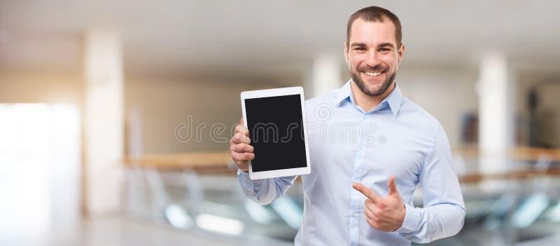 Homme au centre d'affaires avec le comprimé image stock