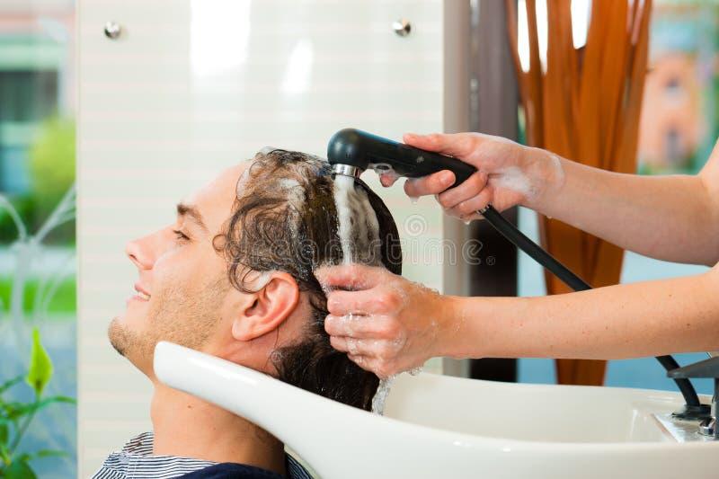 Homme au coiffeur photos libres de droits