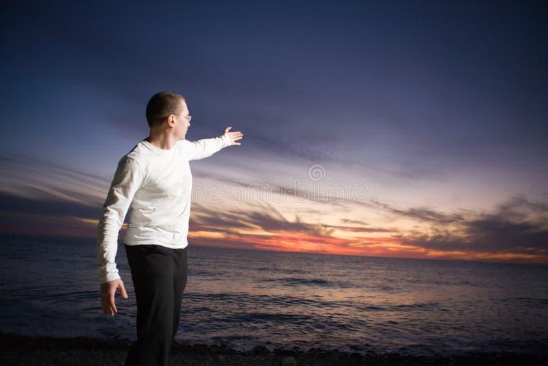 Homme au coucher du soleil photographie stock