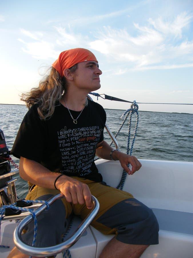 Homme au delà de la direction de yacht photos libres de droits