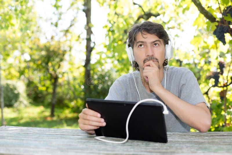 Homme au jardin photo libre de droits