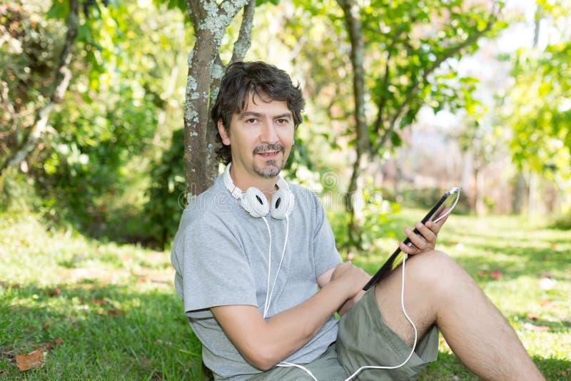 Homme au jardin photos libres de droits