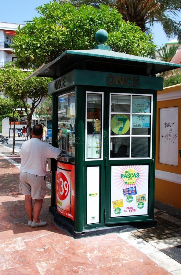 Homme au kiosque de loterie, Estepona image stock