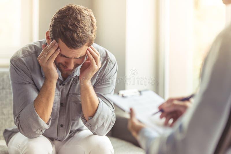 Homme au psychothérapeute photo libre de droits
