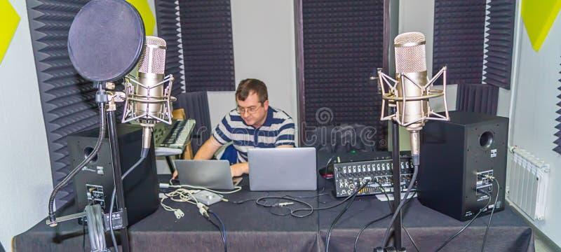 Homme au studio d'enregistrement photographie stock libre de droits