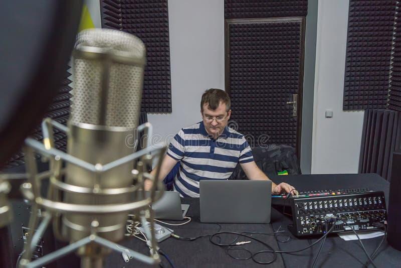 Homme au studio d'enregistrement image stock