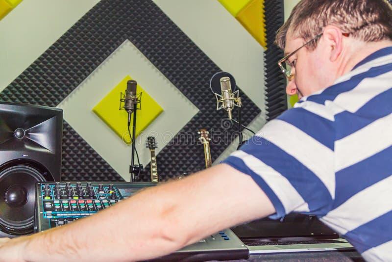 Homme au studio d'enregistrement photo libre de droits
