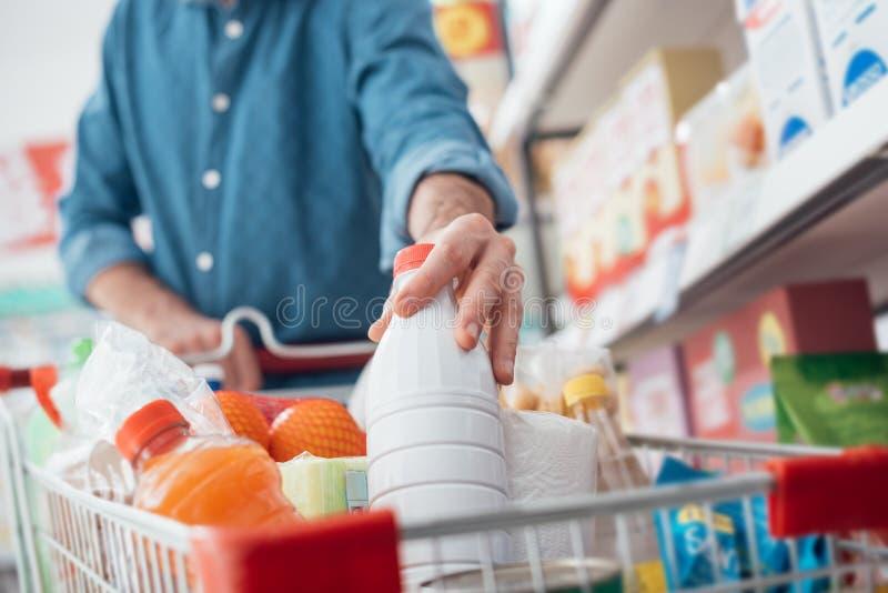Homme au supermarché photo libre de droits